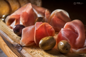 Prosciutto with olives and bread